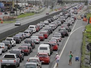 Movimento intenso na Rodovia Padre Manoel da Nóbrega, que tem trânsito congestionado sentido capital, na altura da cidade de Praia Grande (SP) (Foto: Nelson Antoine/Fotoarena/Estadão Conteúdo)