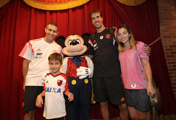Marcelinho, com o filho Gustavo e do Neto, no Magic Kingdom (Foto: Pedro Veríssimo)