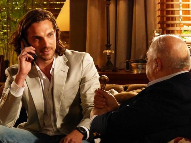 Por telefone, Alberto avisa a Dom Rafael que entregará os diamantes no prazo (Foto: Flor do Caribe / TV Globo)