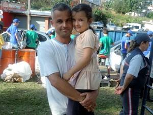Valtair levou a filha Raika para entregar os materiais (Foto: Ynaiê Botelho/ G1)
