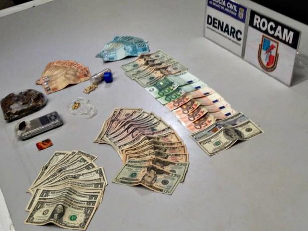 Drogas e dinheiro apreendidos com o suspeito (Foto: Indiara Bessa/G1 AM)