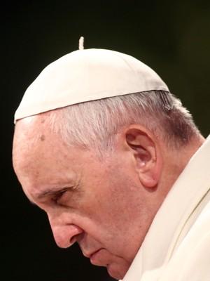 Papa Francisco em um dos seus gestos concretos de simplicidade, escolheu manter somente o solidéu branco em ocasiões que a tradição recomendaria a mitra (Foto: Franco Origlia/Getty Images)