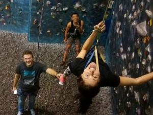 Michele em atividade de escalada adaptada; ela quer superar limites (Foto: Michele Simões/Arquivo pessoal)