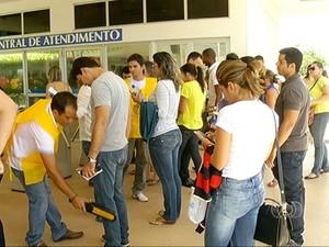 Candidatos foram revistados na entrada dos locais de prova em Palmas (Foto: Reprodução/TV Anhanguera)