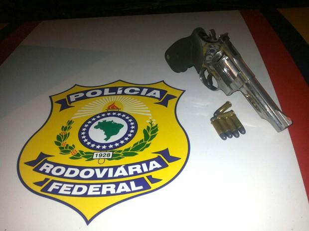 Arma calibre 38 estava com seis projéteis intactos (Foto: Divulgação / PRF-MA)
