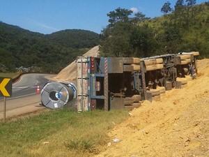 Carreta tomba e interdita acostamento da BR-381, na altura de Igarapé (Foto: Polícia Rodoviária Federal / Divulgação)