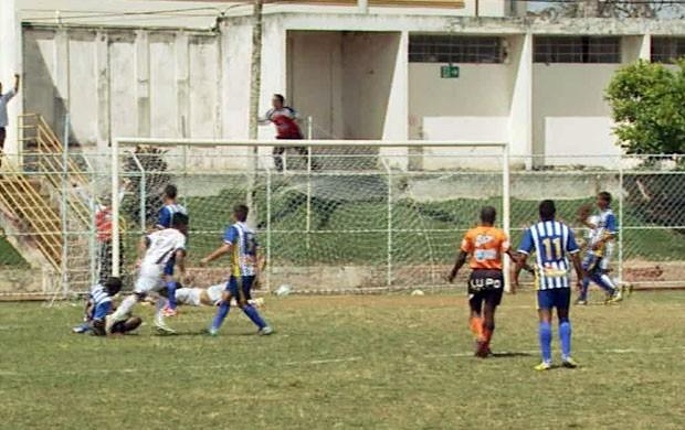 Mesmo com um a mais no 2º tempo, Santarritense perdeu para o CAP de Uberlândia (Foto: Reprodução EPTV / Marcelo Rodrigues)