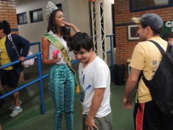 João Pedro deu uma flor para a miss (Foto: Ttaiana Lopes/G1)