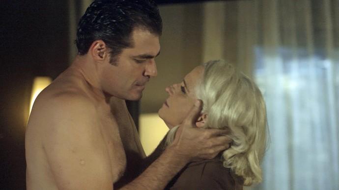 Ciro beija Mág em encontro íntimo (Foto: TV Globo)