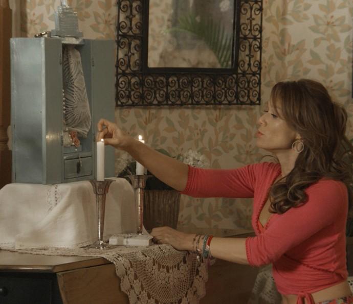 Sozinha em casa, Tancinha reza para encontrar uma saída (Foto: TV Globo)