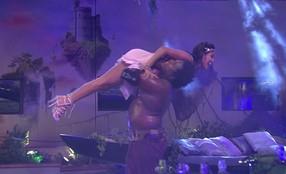 Ronan dança com Munik no colo