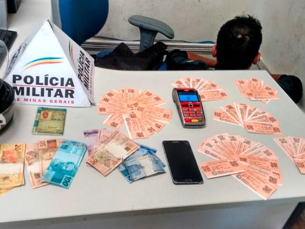 Cambista é preso com ingressos para Atlético-MG e Corinthians e máquina de cartão em BH (Foto: Divulgação/ Polícia Militar)