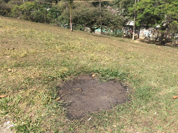 Fogueiras deixam gramado destruído (Foto: Márcio Pinho/G1)