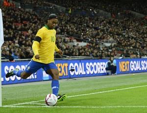 Ronaldinho em ação contra a Inglaterra (Foto: AFP)