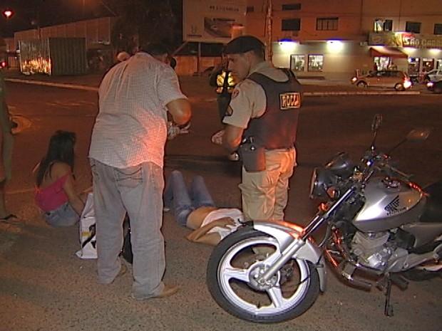 Um acidente na noite deste sábado (7), entre uma motocicleta e um carro na Avenida Leopoldino de Oliveira com Nossa Senhora do Desterro, na entrada do Bairro Lourdes, deixou mãe e filha feridas. Segundo informações de testemunhas, o carro não respeitou a  (Foto: Reprodução/TV Integração)