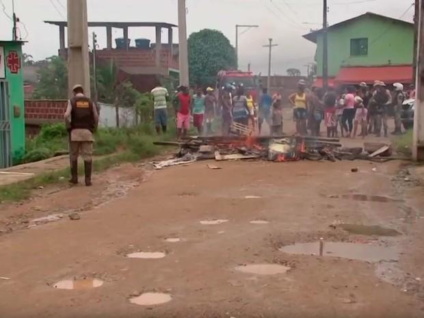 Protesto de moradores do bairro Corbiniano Freire, em Itabuna, após a criança de 11 anos ser baleada (Foto: Imagem/TV Santa Cruz)