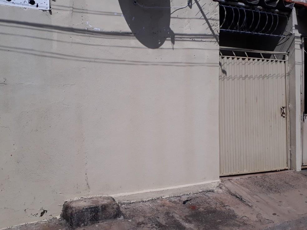 Casal suspeito de matar menino estava morando junto em um barracão no Setor Vila Luciana (Foto: Sílvio Túlio/G1)