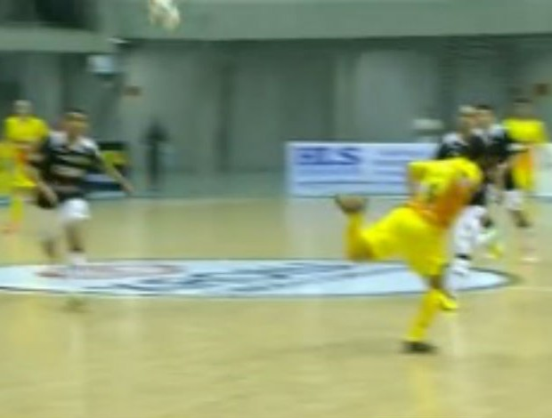FRAME - Márcio Marechal Rondon golaço calcanhar (Foto: Reprodução SporTV)