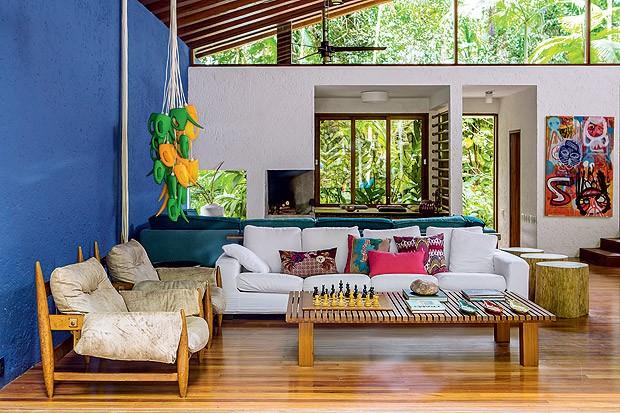 Living | A cor azul royal, idealizada pelo arquiteto Gui Mattos, foi mantida após várias reformas (Foto: Edu Castello/Casa e Jardim)