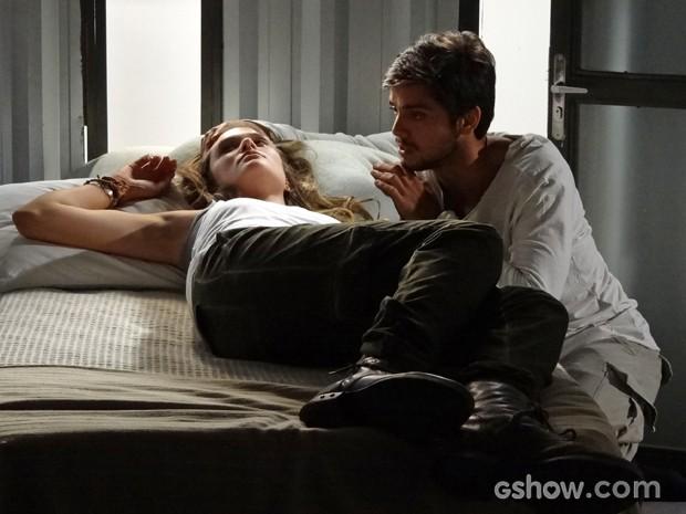 Marlon encontra Lili adormecida no alojamento (Foto: Além do Horizonte/TV Globo)