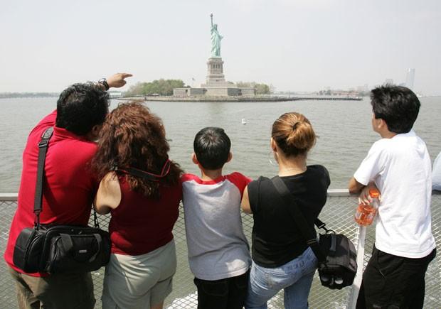 Turistas observam a Estátua da Liberdade, em Nova York (Foto: Don Emmert/AFP/Arquivo)