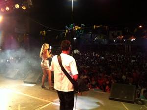 Milhares de foliões acompanham show durante noite de carnaval em Grão Mogol. (Foto: Délio Pinheiro/G1)