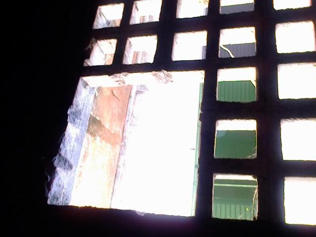 Presos quebraram parede para fugir do complexo João Chaves, em Natal (Foto: Anderson Barbosa/G1)
