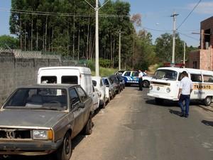 PM e Prefeitura vão remover veículos abandonados nas ruas em São Pedro (Foto: Daniella Oliveira/Prefeitura de São Pedro)