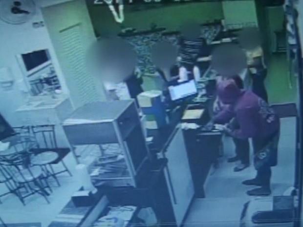 Bandido que estava armado ameaçou funcionárias de lanchonete em São Carlos (Foto: Reprodução/Câmera de segurança)