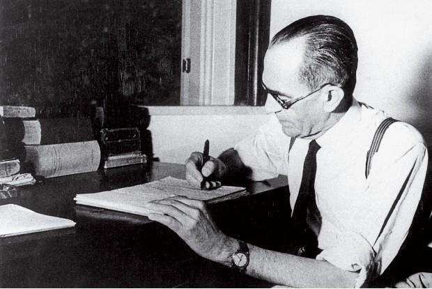 OBRA PÓSTUMA Graciliano Ramos  nos anos 1950. Ele deixou  quatro versões para Memórias do cárcere (1953), publicadas após sua morte. E aprovou a versão final, crítica  ao Partido Comunista, do qual fez parte (Foto: Arq./Estadão Conteúdo)