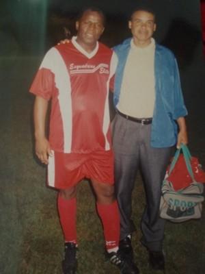 Com uniforme do Santana, o ministro Joaquim Barbosa em partida de futebol em 2004, em Brasília (Foto: Reprodução / Cíntia Acayaba / G1)