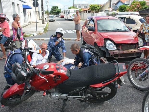 Motolâncias do Samu realizaram os primeiros socorros aos feridos no acidente (Foto: Walter Paparazzo/G1)
