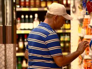 Consumidor em supermercado de Campinas (SP) (Foto: Reprodução/ EPTV)
