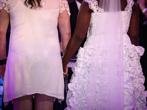 Mayara e Naira seguram um terço entre as mãos durante o casamento no Rock in Rio (Foto: Fábio Tito/G1)