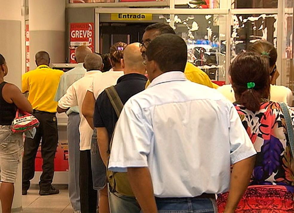 Lei estadual estabelece que clientes não devem esperar mais de 15 minutos por atendimento nos bancos (Foto: Reprodução)