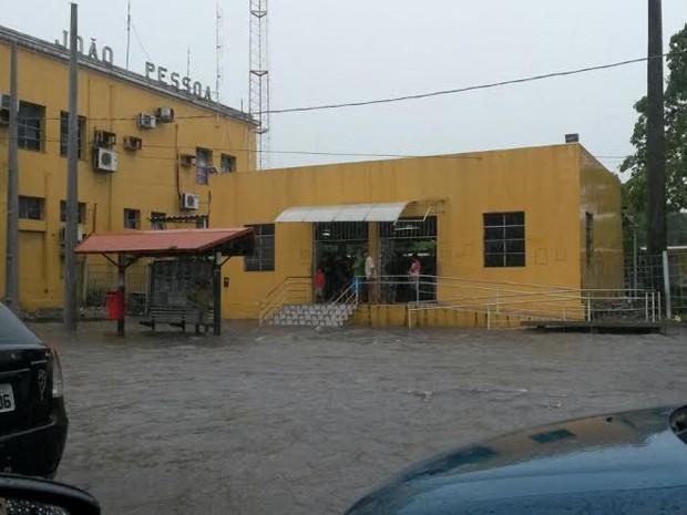 Frente da CBTU ficou alagada, no Varadouro (Foto: Krystine Carneiro/G1)