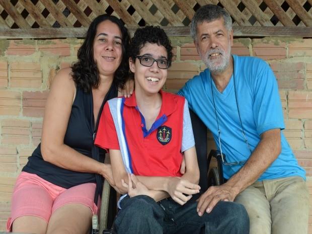 Lucas e a mãe, Lucimar, e o pai, Antônio (Foto: Eliete Marques/G1)