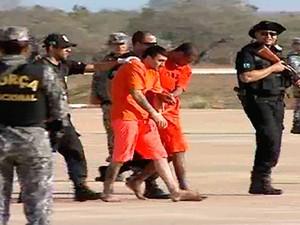 Presos foram escoltados sob forte esquema de segurança (Foto: Reprodução/Inter TV Cabugi)