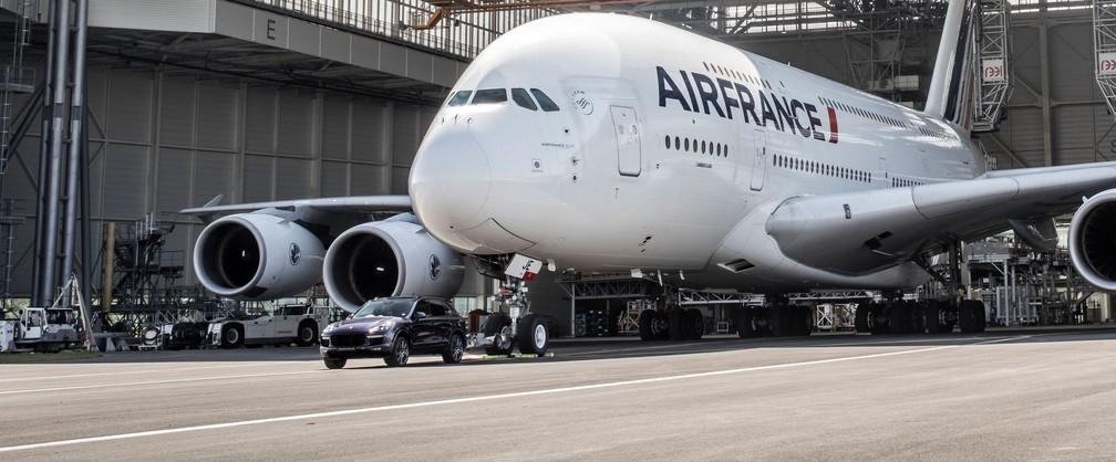 [Internacional] Carro 'reboca' maior avião de passageiros e entra para o livro dos recordes 1212500-cayenne-turbo-s-air-france-a-380-paris-charles-de-gaulle-airport-2017-porsche-ag-1