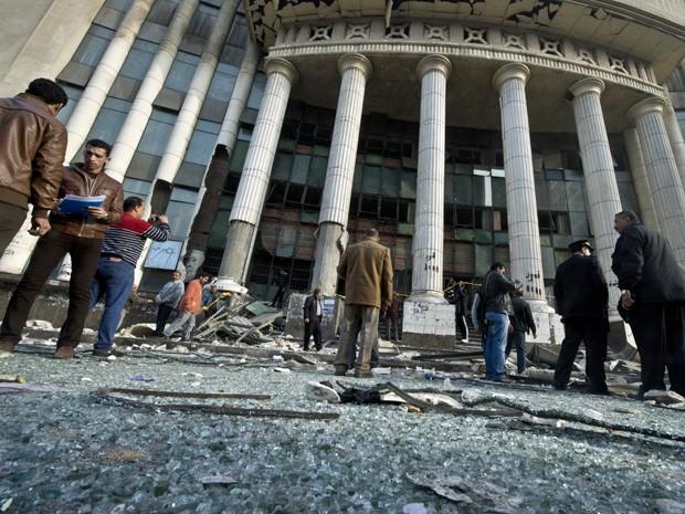 Explosão atinge prédio de tribunal duas horas antes de as urnas serem abertas no Egito para a votação de um referendo sobre a Constituição. (Foto: Khaled Desouki/AFP)