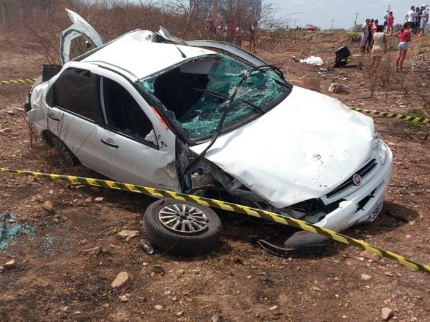 Carro capotou várias vezes após sair da pista na BR-405, no RN (Foto: Divulgação/PRF)