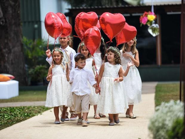 Que amor! Crianças com idade entre 3 e 8 anos entraram na frente dos noivos carregando balões vermelhos em formato de coração (Foto: Coletivo 3)