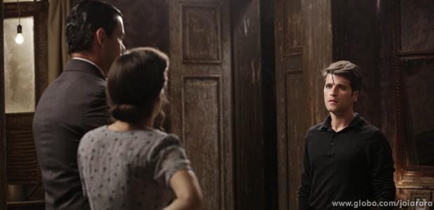 Franz dá dura em Manfred e Amélia (Foto: Joia Rara/TV Globo)