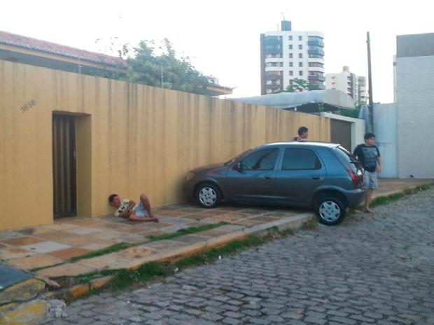 Suspeito foi encontrado espancado ao lado do carro da vítima (Foto: Hugo Andrade/Inter TV Cabugi)
