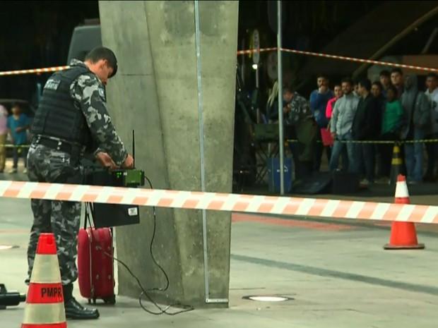 Situação atraiu diversos curiosos, que acompanharam o trabalho dos policiais (Foto: Reprodução/RPC)