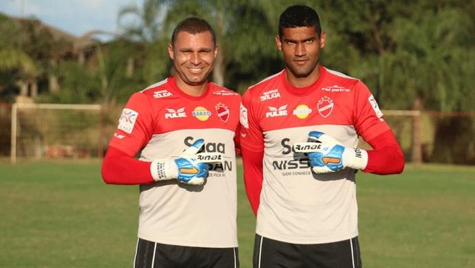 Wagner Bueno e Edson, goleiros do Vila Nova (Foto: Comunicação/Vila Nova)