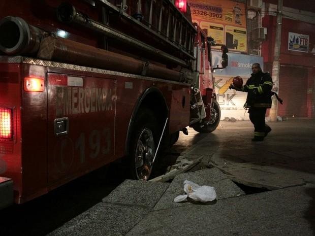 Carro do Corpo de Bombeiros ficou preso após chão ceder com peso do veículo (Foto: Jonathan Lins/G1)