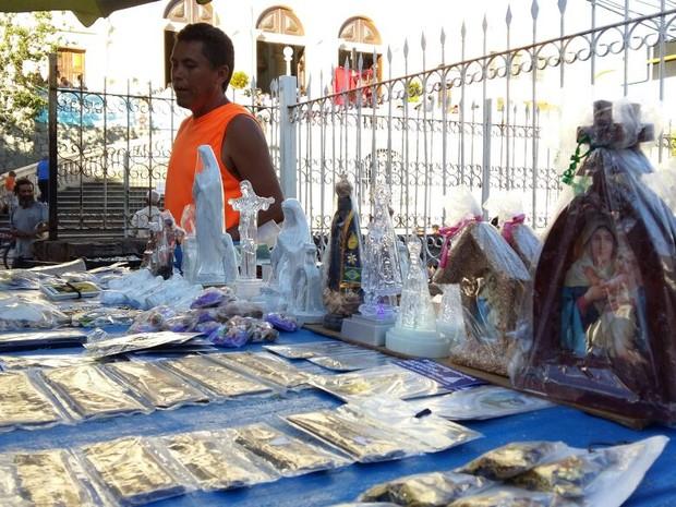 Comerciante comemora venda de objetos religiosos antes da missa (Foto: Karina Dantas/G1)