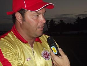 Roberto Fernandes, treinador do América-RN (Foto: Matheus Magalhães/GLOBOESPORTE.COM)