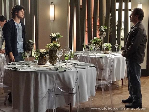 Quem diria, o turrão elogia o trabalho do florista. Bandeira branca vem aí? (Foto: Sangue Bom/TV Globo)